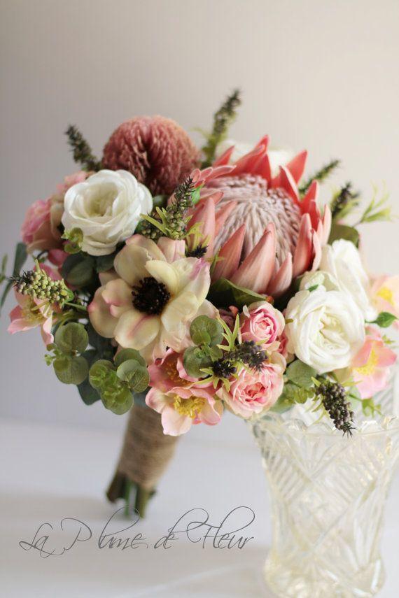 Melba - Blumenstrauß der Braut. Australische Ureinwohner und Ferienhaus Blumen. Protea, Banksia, Gum, Rosen, Anemonen, Wildblumen & wild Pfeffer Beeren.