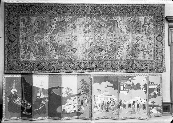 """Sala """"Portugal no Oriente"""". Tapete indo-persa com barcos portugueses do começo do século 18. Em baixo biombo japonês com a chegada de portugueses ao Japão (ca. 1600).  Exposição de Arte Portuguesa realizada em Londres na Royal Academy of Arts, Outubro 1955-Fevereiro 1956.  [CFT003 008342.ic]"""