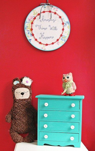 Thrift Store Jewelry Box Makeover is ideal for little girl's jewelry box