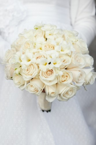 white roses are my absolute favorite flowers :) they are just soooo fricken gorgeous! i would love to have a garden full of them