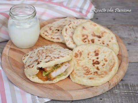 Il pane naan è un pane indiano preparato con yogurt, farina e lievito, ma per accelerare i tempi, e accontentare chi non può mangiare prodotti lievitati, pos...