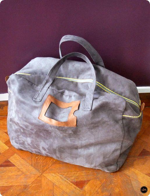 sac-weekend en suédine grise, passepoil jaune, doublure blanche et jaune