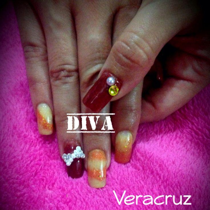 Uñas acrílicas con decorado variado, y bisutería de moño en un dedo por mano. #Acrilico #Divas #Veracruz #Amarillo #Naranja #Marrón #Piedra