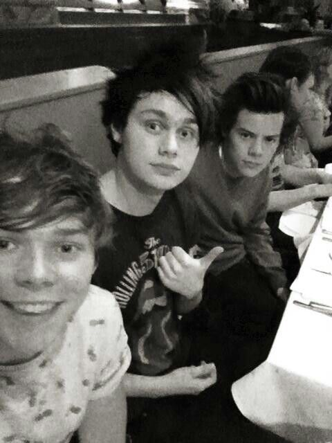 Ashton Irwin, Michael Clifford from 5 Seconds Of Summer and Harry Styles from One Direction. SO BAE