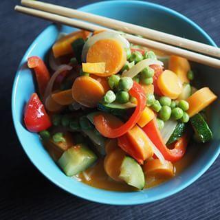 Das heutige Abendessen steht unter dem Motto: Keep it simple! Was es gab? Ein rotes Thai-Curry mit knackigem Gemüse und Reis-Vermicelli. Lecker !  #food #foodstagram #thaistagram #thaifood #curry #vegetables #fresh #dinnerisserved #nofilter #nofilterneeded