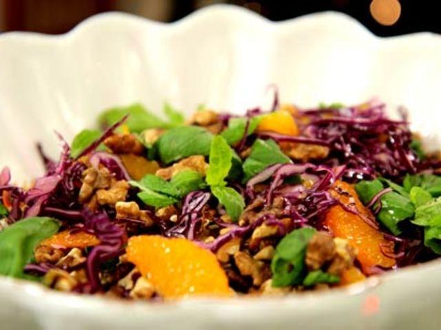 Rödkålsallad med apelsin och rostade valnötter (kock Leila Lindholm)