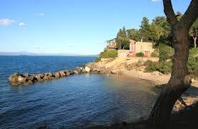 Spiaggia La Bionda, caletta in località Pozzarello, con barriera di scogli che rende il mare sempre calmo