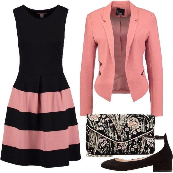 L'outfit è composto da un vestitino rosa e nero senza maniche, un blazer a maniche lunghe rosa, una pochette graziosa e da un paio di tacchi neri, molto comodi.