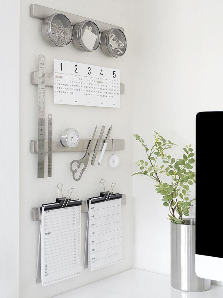 PCデスクの左側の壁には IKEAのマグネットナイフラック 「GERUNDIAL」 を取り付けて 頻繁に使う物をくっつけています。 カレンダーを2016年版に交換するついでに グッズとレイアウトも少し変更しました。 ☆トラコミュ 白黒ミック...
