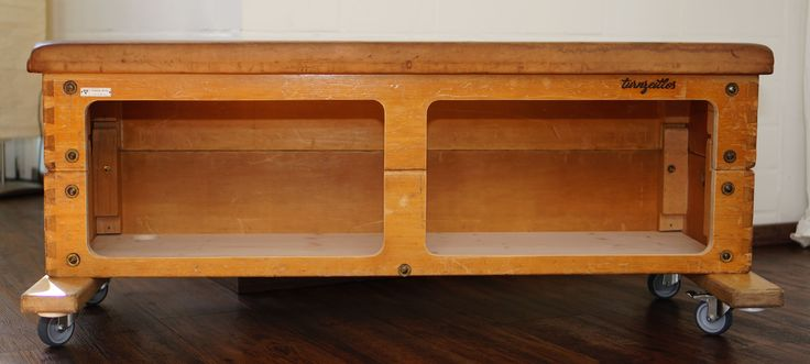 turnzeitlos Sprungkasten, Turnkasten, vintage Alte Turngeräte umfunktioniert als Sitzbank mit Stauraumfach.