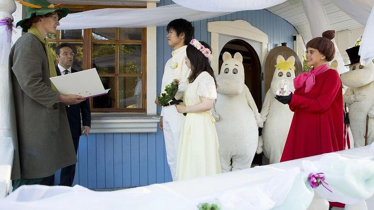 Kotimaassaan Japanissa naimisiin menneet herra Takeshi Aoki ja rouva Akane Aoki vahvistivat avioliittonsa  Nuuskamuikkusen ja Pikku Myyn johdolla Naantalin Muumimaailmassa 15. elokuuta 2015.  Copyright: Str / Lehtikuva. Kuva: Roni Lehti.