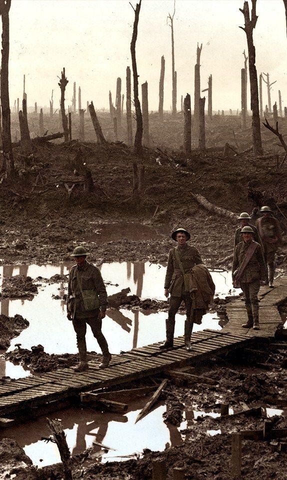 Artilleros australianos en una pista de tarima en Château Wood, cerca de Hooge…