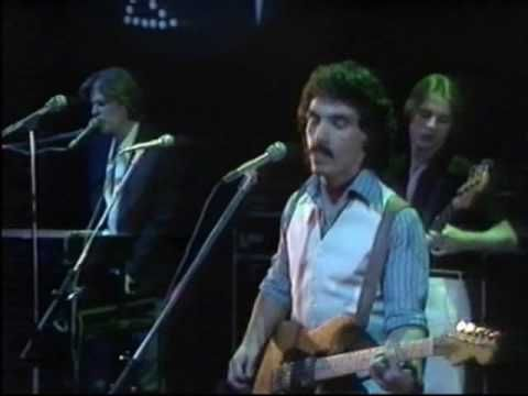 Hall & Oates perform She's Gone, 1976. Darryl Hall was stylin ahead of his time with that proto-'80s outfit, huh?