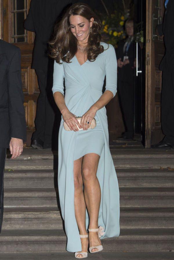 ELEGANT: Hertuginne Kate var iført en lekker kjole signert Jenny Packham under Photography Awards Gala i London tirsdag. Til den lyseblå kjolen gikk hertuginnen for en pudderfarget clutch, åpne sko og enkle smykker. Foto: Getty Images