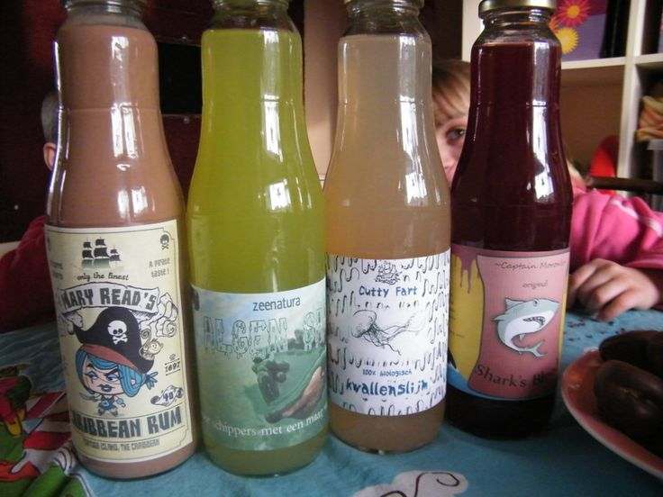 En zo zien de etiketten er uit op mooie glazen flessen (waar eerst appelsap in zat). Van links naar rechts: rum (chocolademelk) / algensap (groene aanmaak limo) / kwallenslijm (appelsap) / haaienbloed (rode druivensap)  #piratenfeest