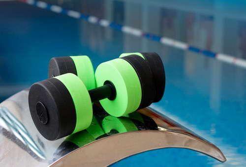 """Аквааэробика для всех: Занятия физкультурой в бассейне дадут нагрузку на все группы мышц и помогут похудеть к сезону.  Daily-Help - Материалы рубрики """"Спорт и фитнес"""""""