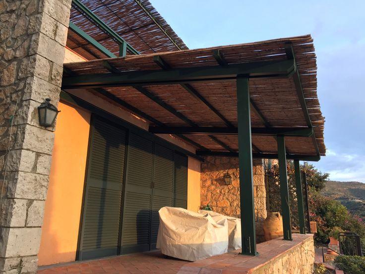 Lavoro terminato, tettoia in legno lamellare con copertura in canne di bambù
