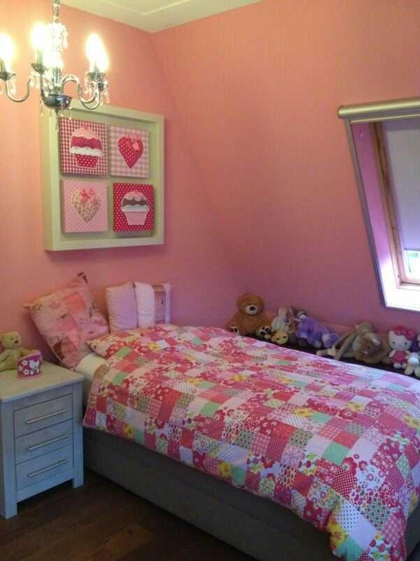 ... schilderijtjes mooi tentoongesteld in deze romantische meisjeskamer