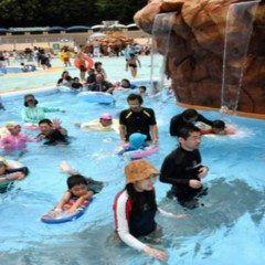 愛知県犬山市の日本モンキーパーク流れるプールが全面リニューアルしてオープンしました 噴水が出る火山六本の滝が流れ落ちる岩なども新たに設置されましたよ 遊びに行ってみて tags[愛知県]