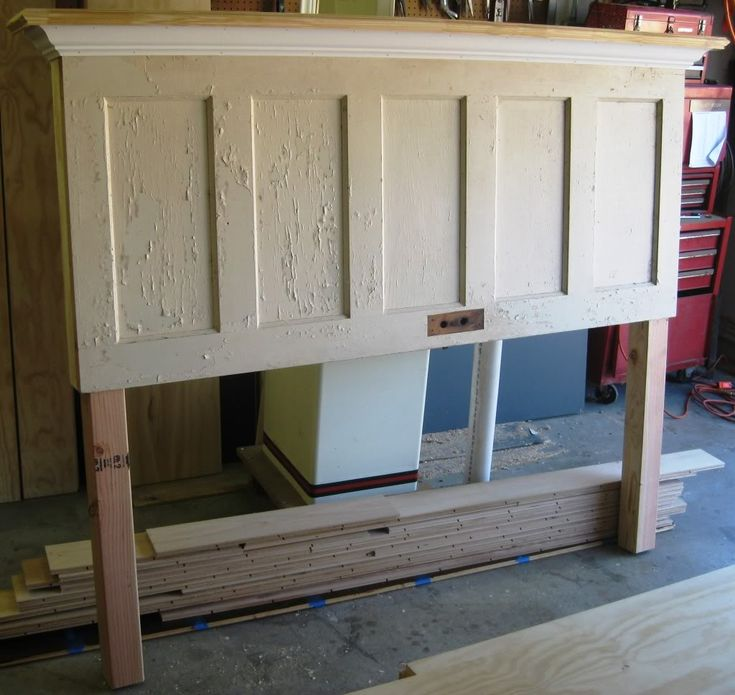 diy door headboard- looks like it would be pretty simple- looks like: an old door, 1x4 plank, crown moulding, and posts to attach to the bed frame.