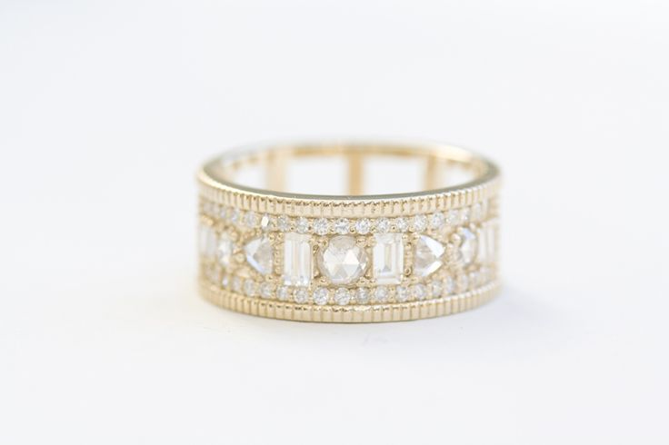 LOVE!!! With the simple solitaire to the right would be b-e-a-utiful | Custom – Diamond Rings | Mociun