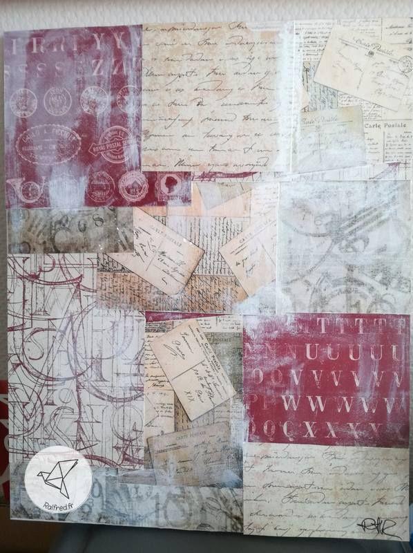 Un tableau avec des papiers anciens