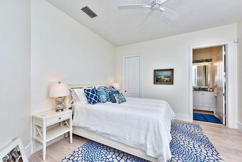 Eine Kombination von blauen Akzentstücke und helle Holzböden in einem weiß getünchten Schlafzimmer erreicht einen Strand-Stil-Appell. Foto: Palm Brüder Umbau
