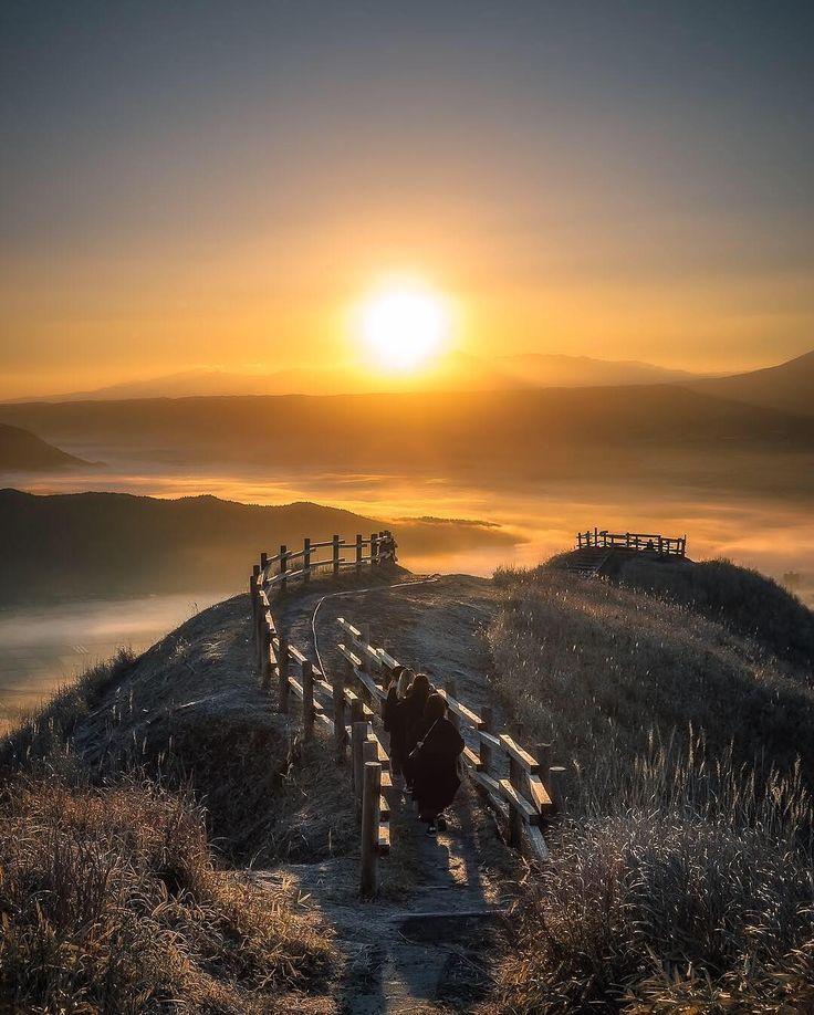「阿蘇の壮大な景色。雲海を照らす朝日に向かって進む4人の旅人。その姿から、夢や希望に向かう力強さを感じ、思わずシャッターを切った1枚です」 — JHPマンスリーセレクト: @396_zima  今月は「夢」をテーマにした写真や動画を撮影するハッシュタグプロジェクト #JHP夢 を実施しました。他にもたくさんのクリエイティブな作品が投稿されていますので、是非ハッシュタグをチェックしてみてください。ご参加いただいた皆さま、素晴らしい作品の数々をありがとうございます。来月のハッシュタグプロジェクトも是非お楽しみに!  Photo by @396_zima