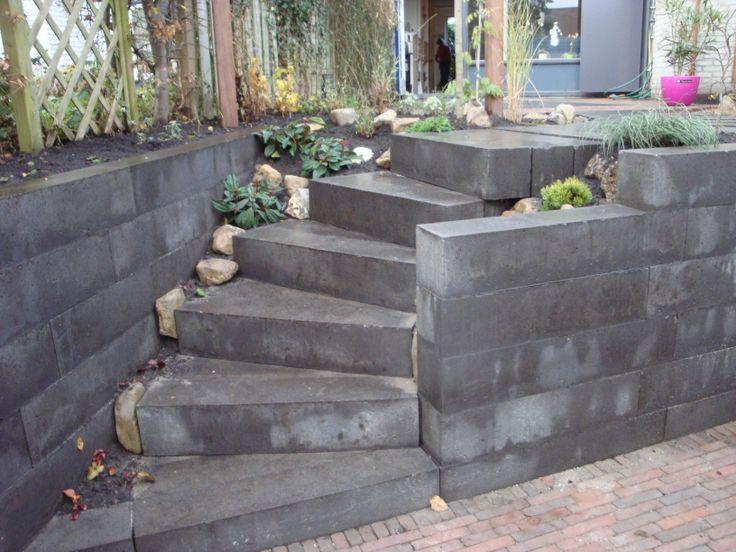 De trap naar het laaggelegen terras. www.houdijkstijltuinen.nl