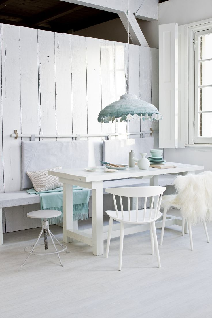 pinned by barefootblogin.com Witte eetkamer met blauwe details | White dining area with blue details | Photographer Jeroen van der Spek | Styling Cleo Scheulderman | vtwonen February 2014