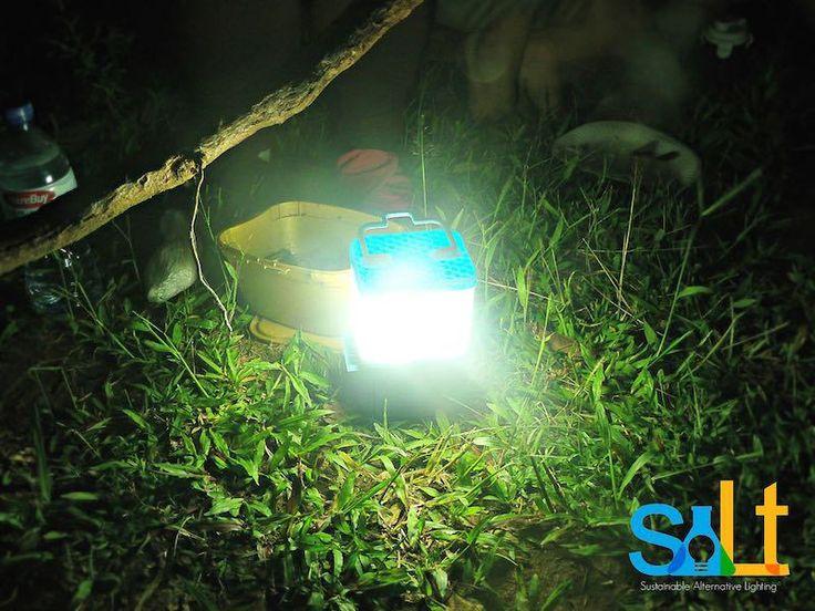 Lámparas de agua salada para zonas sin electricidad: agua, sal y 8 horas de luz. Una lámpara que funciona 8 horas con un solo vaso de agua salada