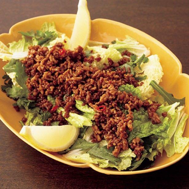 Napa Cabbage & Ground Beef Salad  冬に旬を迎える「白菜」。鍋をはじめとして煮物や蒸し料理によく使われる食材だが、まるまる1玉で買ったりすると、全て使い切るまでに時間がかかることも…。何に使おうか...