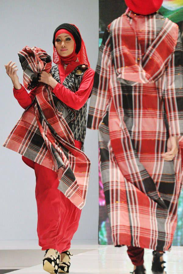 """""""Indonesia Islamic Fashion Fair"""" 90% jenis pakaian menyimpang dari syari'at atau sunnah. Jilbab dengan punuk unta, wanita bercelana panjang menyerupai laki-laki, busana dengan warna-warni yang menarik perhatian, berhias/bermakeup/tabarruj. Audzubillah."""