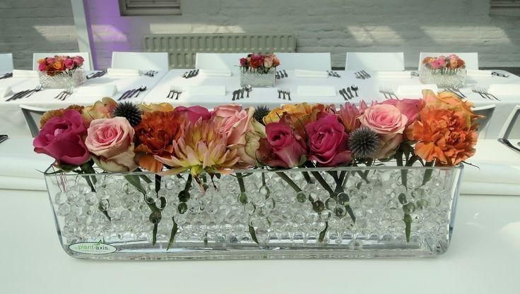 Huwelijk, Fête à Fête Events Roos/oranje bloemschikking in een lange vaas