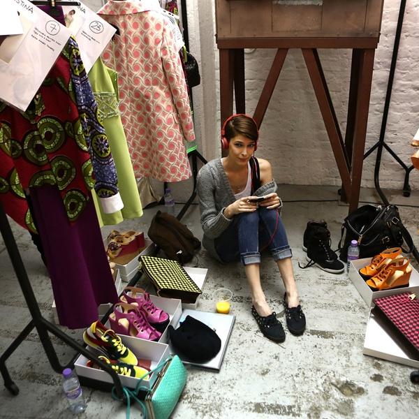 평범함을 거부한 개성, moschino cheap and chic    패션계의 악동이었다는 이태리 디자이너  프랑코 모스키노의 세컨드라인 모스키노 칩앤시크는 1988년 런칭된 이후 현재까지 그만의 사상과 컨셉을 쭉 이어오고 있는 세컨드라인이다. 모스키노칩앤시크 20~30대를 타깃으로 소녀와 여성의 경계를 적절한 위트로 풀어 보여주는 듯한 디자인으로 잘 알려져 있다. 가격은 모스키노보다 50%정도 저렴해 티셔츠류 20만원대, 블라우스,니트류 40만원 이상의 가격대를 형성하고 있다.    Moschino cheap and chic > Published by www.notbooth.com