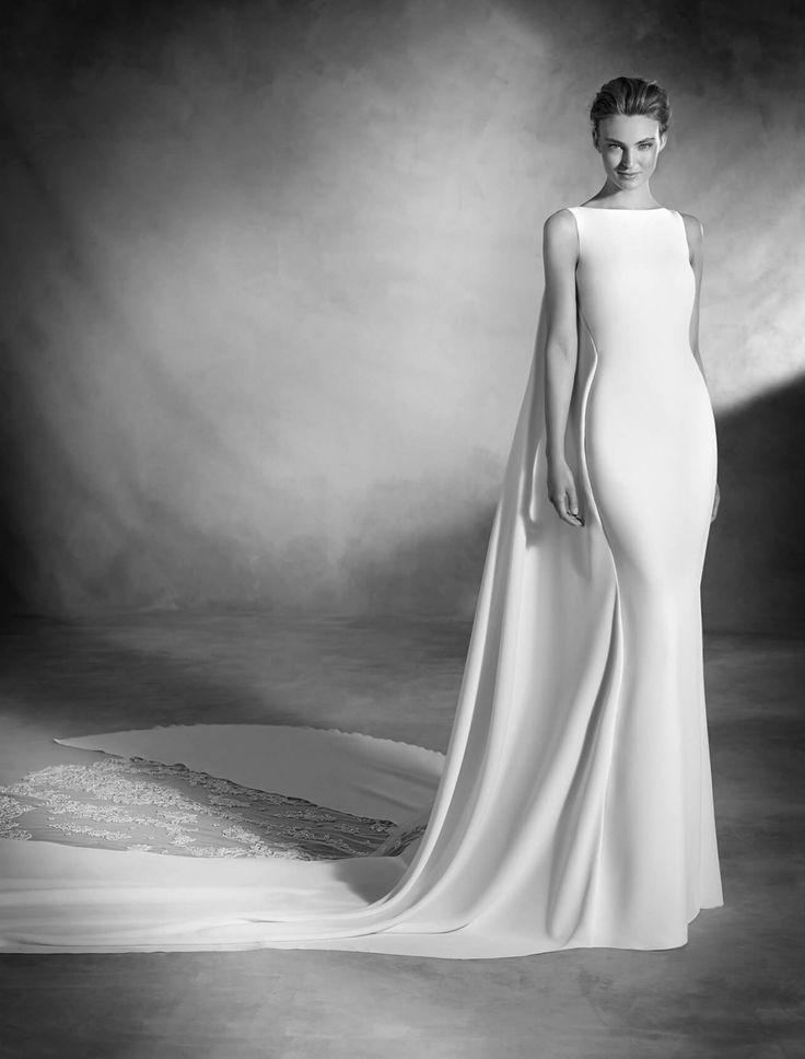 Atelier Pronovias 2017 Cuvintele nu sunt de ajuns pentru a descrie aceasta spectaculoasa rochie de mireasa. Acest model sirena din crep si tul, cu aplicatii de pietre si broderie are o frumusete ce taie respiratia, din orice parte l-ai privi. Avand o talie joasa si decolteu in forma de barcuta, aceasta rochie este sugestiva si totusi eleganta, dezvaluind o combinatie perfecta de magnetism si sofisticare.