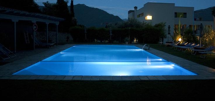 Questa piscina è il risultato di una recente ristrutturazione che ha sostituito una vecchia vasca della fine degli anni Cinquanta e che ha dato nuovo slancio all'Hotel, riqualificandone in maniera importante l'outdoor e l'offerta a disposizione degli ospiti