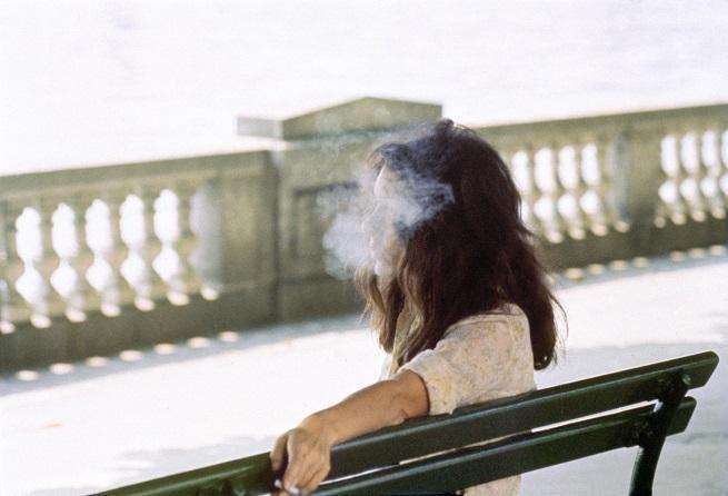 """Luigi Ghirri, Parigi, 1972. Quante volte, da fumatori, ci siamo detti: """"Mi siedo su questa panchina per fumarmi una bella sigaretta in pace"""". Fumata stando seduti su una panchina, una sigaretta ha più gusto, sprigiona la sua essenza, porta lontano il pensiero e lo sguardo, fa calare il silenzio dentro e fuori di sè. La follia salutista in atto forse un giorno farà di tutto per spezzare quello legame magico e vagamente eversivo tra fumatore e panchina."""
