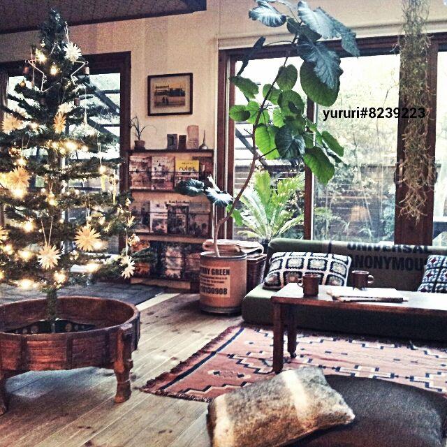 女性で、、家族住まいのクリスマス/クリスマスツリー/IKEA/ラグ/クッション/DIY本棚…などについてのインテリア実例を紹介。「やっとこさツリーを飾りました。 先日。 長女(中1)に、実は小6の時からサンタの正体に気付いてたよ。 と、カミングアウトされました。(←やっぱり!) そしてうすうすあれ?と思いつつもまだなんとかサンタを信じている次女(小4) そんでもって、サンタどころかミッキーも妖怪もすべて実在すると思っている三女(3歳) 数年前までは。 クリスマスの朝、プレゼントを見つけて、サンタさんが来たー!!と無邪気に喜ぶ子供達を見てサンタ業にたいへんやりがいを感じていたが、最近はそんなこんなでサンタ業もちょっとやりづらくなってきたなぁ(^^;」(この写真は 2014-12-10 22:42:59 に共有されました)