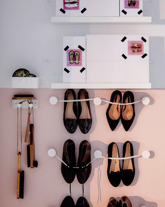 Als je geen plek meer hebt in de kast, hang de schoenen aan de wand. Verbind hiervoor bijvoorbeeld een elastiek aan ENUDDEN wandhaken. | STUDIObyIKEA IKEA IKEAnl IKEANederland kleding schoenen opruimen winterkleding seizoen bewaren handschoenen sjaal hoeden kast kledingkast garderobe tips