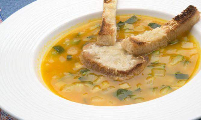 Karlos Arguiñano elabora una receta de sopa de calabaza, cebolleta, patata, nabo y calabacín y la acompaña con tostas de pan con queso gratinado, un plato vegetariano.