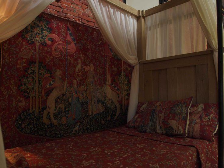 Dit is de kamer van Marjorie. Één dag voor het huwelijk van haar en Allard slaapt ze de laatste keer met haar moeder. Want ze ging trouwen en wonen met Allard. Haar moeder kamde voor de laatste keer haar haren en hier moest ze een traantje bij laten vallen...