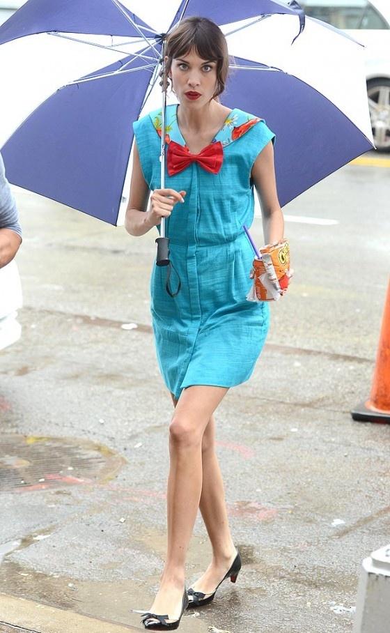 Alexa Chung deu pinta no set de gravação da última temporada de Gossip Girl. O personagem da moça ainda não foi revelado, enquanto isso morremos de curiosidade!
