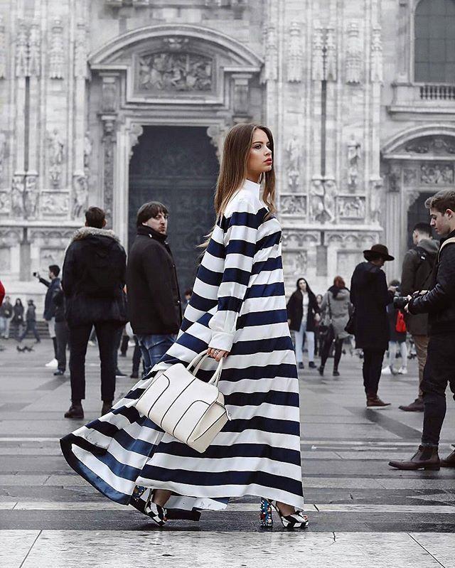 Kombinasi klasik warna putih-biru dalam motif stripes yang identik dengan gaya kasual tampil berbeda berkat siluet oversized yang fluid. Seperti T-shirt dress yang dikenakan oleh street styler berikut ini. Berpadu apik bersama tas berstruktur tegas dan peep-toe heels berdesain eklektik T-shirt dress tersebut tampil simply sophisticated. Or dress down with sneakers for cooler version! (Fashion Asistant - @claratan17) #ELLEStreetStyle  via ELLE INDONESIA MAGAZINE OFFICIAL INSTAGRAM - Fashion…
