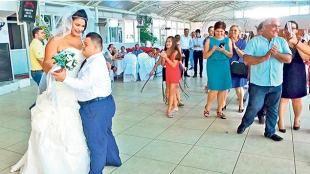 Düğün temsili mutluluk gerçek: Anne Aşkar oğlunun eğitim gördüğü okulun sahibi Nesli Özdemir'den de gelin olmasını istedi. Aşkar'ın doğum günü olan 28 Ağustos'ta tören yapıldı. Gerçek bir düğünü aratmayan törende Aşkar hayalinin gerçekleşmesinin mutluluğunu yaşadı. Gelin ve damat davetlilerle halay çekerek doyasıya eğlen...