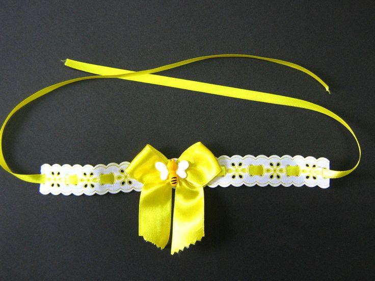 Gargantilha de passa fitas com laço confeccionado com fita de cetim Prazo para confecção de 05 dias úteis Preço por unidade Medida da gargantilha: aproximadamente 21 cm Medida ponta a ponta da fita: aproximadamente 78 cm