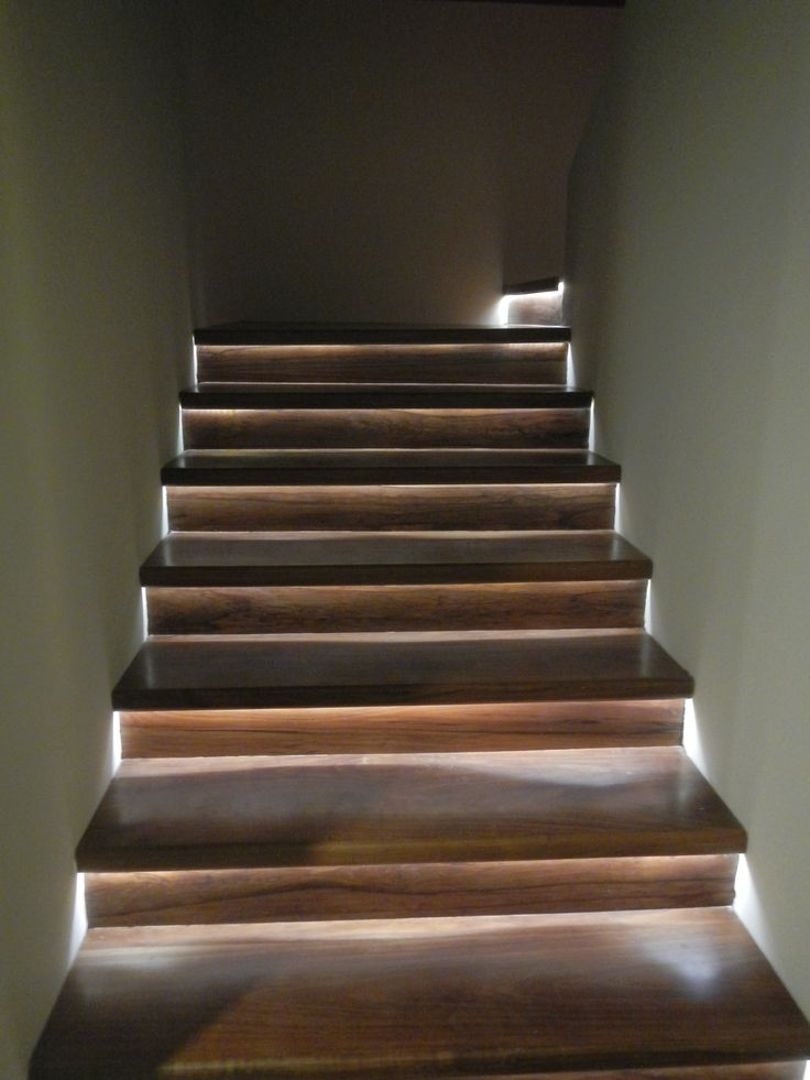 Iluminaci n indirecta en los escalones de la escalera con led interiorismo pinterest led - Escaleras con led ...