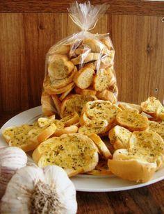 Torradas temperadas - fatias finas de pão francês 100 g de manteiga 2 dentes de alho amassados 3 colheres (sopa) de queijo parmesão ralado