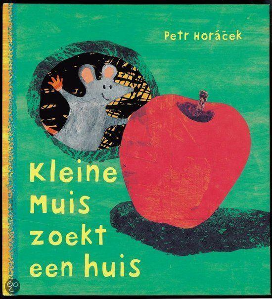 Wat doet kleine Muis als ze een grote appel vindt die niet in haar huisje past? Ze gaat op zoek naar een nieuw muizenhuis!    Gluur door de gaatjes van dit boek en ga met kleine Muis op huizenjacht.