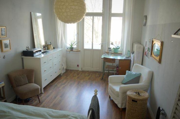 Das Zimmer ist ca. 19qm groß. Ich überlasse es dir möbliert (Bett, Tisch, Stuhl, 2 Sessel, Kommode, Wandschrank, Regal). Meine Sachen räu...